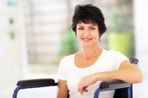 אשה על כסא גלגלים לאחר תהליך שיקום מכאב- שמחה משיקום מוצלח