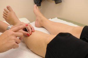 דיקור סיני ברגליים - אקופונקטורה יעילה לכאבי ברכיים