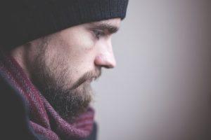 גבר לאחר טיפול בטריגימינל נוירלגיה כאב בצד הפנים