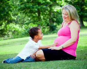 אשה סובלת מכאבי גב בהריון