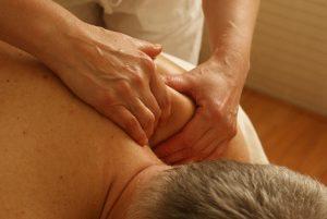 גבר מקבל עיסוי לכאבי כתפיים