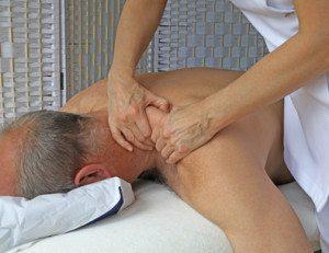 גבר מקבל עיסוי בצוואר - טיפול בכאבי צוואר