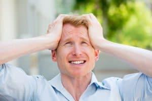 גבר סובל מכאב ראש