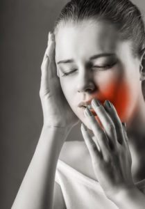 אשה סובלת מכאב שיניים - שימוש מסוכן במשככי כאבים
