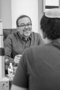 דר חיים משה אדהאן מול מטופל בטיפול בכאב כרוני